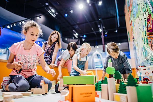 Kinder spielen in der KLIMA ARENA