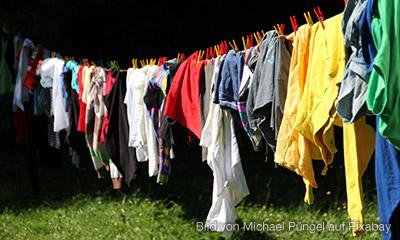 Recycling - Alte Kleider auf der Leine