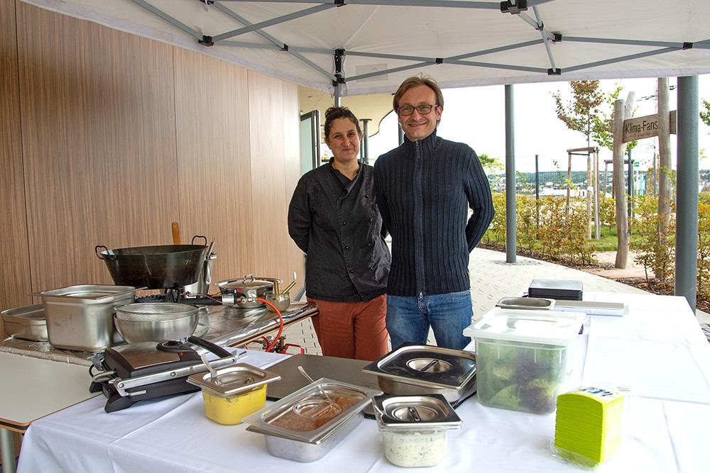 Rene Hülsenitz mit einer Mitarbeiterin