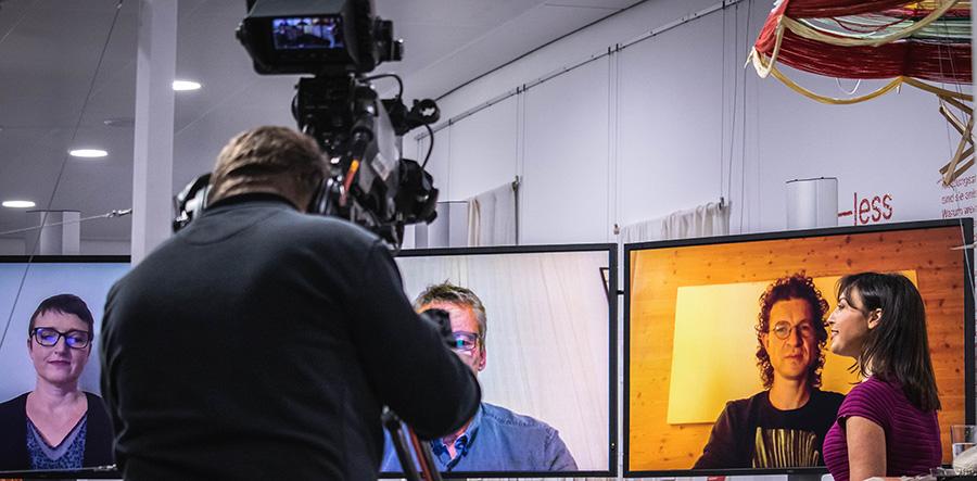 """Professor Arnold Gevers, Dozent Kai Nebel und Recycling-Expertin Nicole Kösegi debattierten im """"Fernsehstudio"""" der KLIMA ARENA über die Ressourcen kostende Kreislaufwirtschaft in der Textilbranche."""